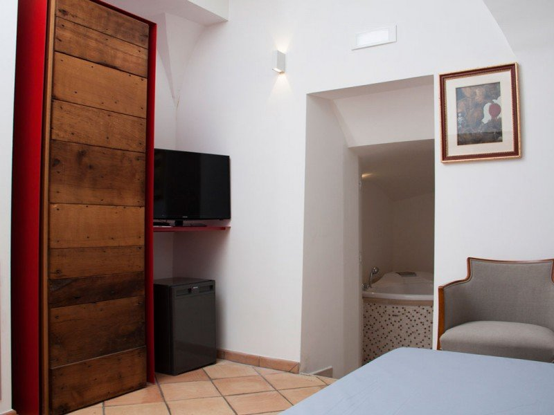 Beautifully appointed room with flat-panel TV, minibar and jacuzzi - Italy Luxury stay