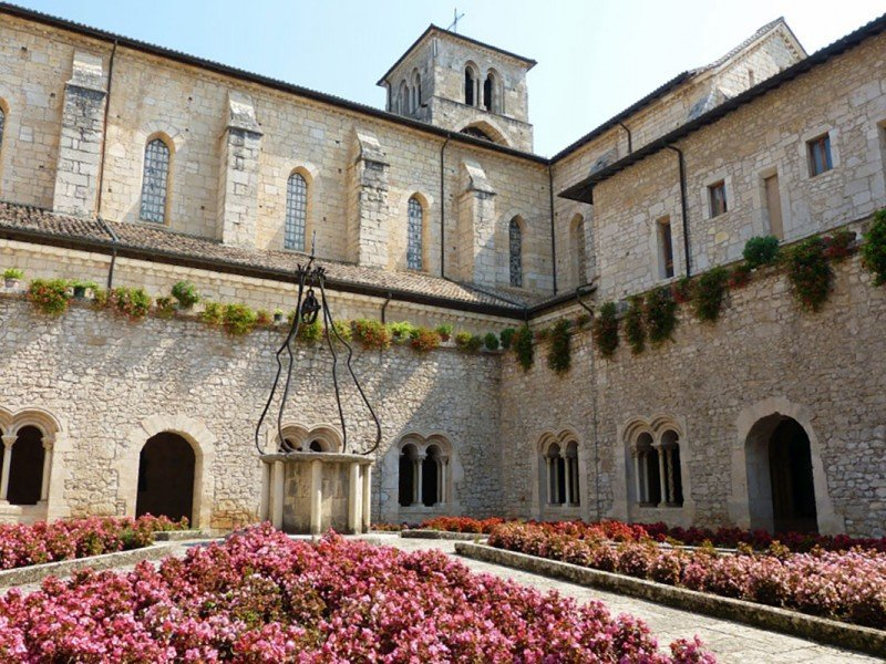 Visit the cloister of Casamari gothic abbey and other artistic treasures - Guided tours of Italy